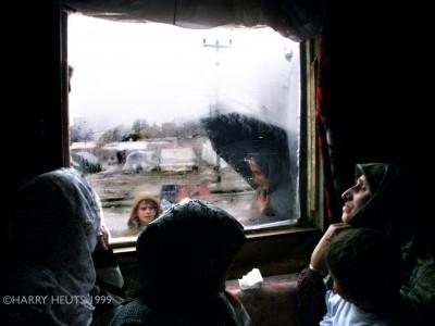 Slachtoffers van de aardbeving in het Turkse Golcuk © Harry Heuts 1999 - 1ste prijs Buitenlands Nieuws Zilveren Camera 1999 NL